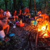 Expedition en Guyane (foret tropicale amazonienne) en canoe et kayak. Camping, repas du soir au pres du feu de bois.