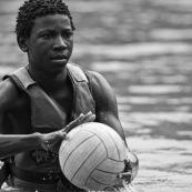 Kayak polo en Guyane, lac saccharin. Jeune avec un ballon. pres du sentier du rorota.