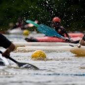 Kayak polo en Guyane, lac saccharin. Jeune jouant avec un ballon en kayak en exterieur. Pres du sentier du rorota a Remire Montjoly.