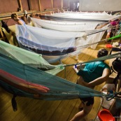 Nuit en hamacs à Kaw dans un carbet. Moustiquaires.