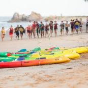 En Guyane, premiere ocean race : course en mer. Toutes les embarcations a pagaie sont de la partie : canoes, kayaks, pirogues, va'a, paddles... Participation exceptionnelle de l'equipe de France paralympique de canoe kayak. Course elite, course de jeunes.