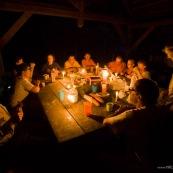 Groupe de personnes en foret. Carbet de Saint helie (Sinnamary). Soiree. EN train de manger. Repas. Guyane.
