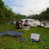 Modem satellite en pleine nature. Communication satelite nomade.  Avec panneaux solaires.
