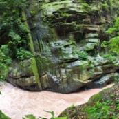 Panorama dans un canyon au Perou riviere roche nature observer la nature avec des jumelles.