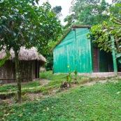 Cabane écotouristique en dans le parc Amboro. Bolivie. Sanitaires toilettes chambre. Ecotourisme.