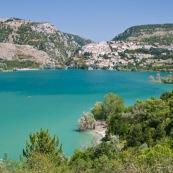 Massifs montagneux des abruzzes, en montagne. Vue sur le lac de Barrea, et au bout du lac la ville (village) de Barrea. Italie, abords du parc national des Abruzzes (Parco Nationale díAbruzzo, Lazio e Molise). Au bord du lac de Barrea, lac de montagne. Paysage. Eau turquoise, l'ÈtÈ. Lac artificiel. Village traditionnel de montagne.