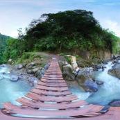 Panorama parc national Yanachagga Chemillen à Huampal. Pont au dessus d'une rivière en montagne. Au milieu de la forêt. Courant. Pont den bois. Panorama 360°.