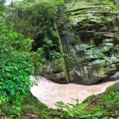 Panorama rivière en montagne petit canyon avec touriste et garde parc qui observent aux jumelles.