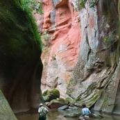 Expedition a pied en foret tropicale (jungle) avec traversee d'une riviere. Trois personnes. Randonnee. Bolivie.