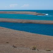 Mer turquoise et bleue Patagonie Argentine péninsule valdès banc de sable. Argentine.