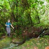 Jeune femme en train de marcher, randonner, dans la jungle du bassin amazonien. Foret tropicale. Pérou.