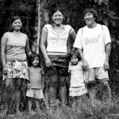 Portrait de famille amerindienne. Equateur yasuni.