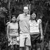 Occidental avec femmes amerindienne. Equateur Yasuni. Portrait.