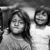 Petite fille enfant amerindienne. Equateur parc Yasuni. portrait.