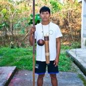 Indigene Waorani montrant sa sarbacane. Amerindien. Equateur. Yasuni.