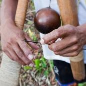 Indigene Waorani montrant sa sarbacane. Amerindien. Equateur. Yasuni. Chasse avec du curare, un poison tres violent.