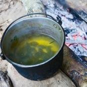 Infusion de feuilles de coca en bolivie.  Au feu de bois.