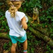 Guyane. Jeune fille avec un singe (saimiri ou singe ecureuil) sur l'ilet la mère.  Foret tropicale amazonienne. Saimiri sciureus