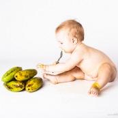 Portrait de bebe en train de manger une mangue de Guyane.