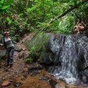 Jeune femme nue dans la foret tropicale amazonienne. Guyane. Nu artistique. Sentier Laimrande Matoury. Se decouvre elle meme, nue. Randonneur, randonneuse.