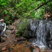 Jeune femme nue dans la foret tropicale amazonienne. Guyane. Nu artistique. Sentier Laimrande Matoury. randonneur randonneuse.