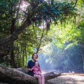 Bebe et sa maman. Portrait . AU bord d'une riviere. Sur un tronc. Crique de Guyane. En foret tropicale amazonienne.
