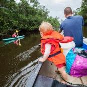 Bebe petite fille dans un canoe en Guyane avec sa maman dans un kayak. Expedition en foret tropicale amazonienne. Touque.