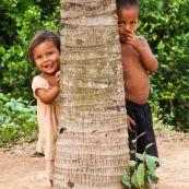 Portrait d'enfants amerindiens. Tire la langue et doigt dans le nez.