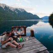En patagonie Argentine randonneurs en train de manger sur un ponton sur un lac de montagne. Bivouac. Pic-nic.