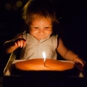 Bebe fete son anniversaire pour ses 1 an. Gateau d'anniversaire. Bougie. Petite fille.