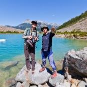 Randonnée en Patagonie : guide et touriste.. Au bord du glacier Torrecillas. Lac turquoise eau cristalline.
