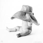 Bebe avec un chapeau. Portrait.