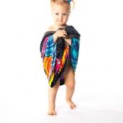 Bebe petite fille enfant en train d'essayer les habits de ses parents. Portrait.