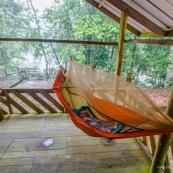 Bebe enfant petite fille en train de dormir dans un hamac dans un carbet en guyane. Foret tropicale amazonienne. Carbet de Saint Helie.