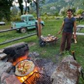 En Argentine, repas fait au feu de bois dans la montagne. Barbecue. Cuisine.