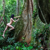 Jeune femme nue dans la foret tropicale amazonienne. Guyane. Nu artistique. Sentier de Lamirande. Matoury.