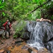 Jeune femme nue dans la foret tropicale amazonienne. Guyane. Nu artistique. Sentier de Lamirande. Matoury. Avec un randonneur. Sauvage.