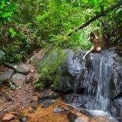 Jeune femme nue dans la foret tropicale amazonienne. Guyane. Nu artistique. Sentier de Lamirande. Matoury. Chute d'eau. Cascade.