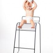 Bebe petite fille enfant avec un poupon une poupee. Portrait.