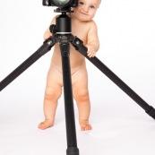 Portrait de bebe avec un appareil photo, en train de prendre des photos. Bebe photographe.