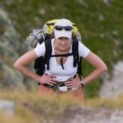 Randonneuse sac au dos faisant une halte pendant l'effort en montagne. Femme grimpant un sentier difficile en montagne. Randonnee en montagne, trek en autonomie, fatigue, effort.