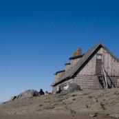 """Refuge de montagne """"Cabana omu"""", 2505 mËtres, parc national de Bucegi, au petit matin. AdossÈ contre les rochers, randonneur de ds admirant le paysage."""