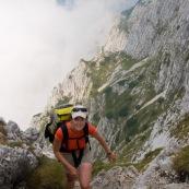 RandonnÈe en montagne. randonneuse (randonneur) qui arrive au sommet d'une crÍte, aprËs une ascension difficile. randonnÈe pÈdestre. Femme sac au dos en altitude, en Roumanie. Vue en plongÈe depuis le sommet.