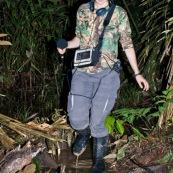 Femme realisant de la prise de son en foret tropicale amazonienne. Dans une zone innondée, en bottes.