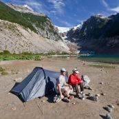 Vue du glacier Torrecillas en Patagonie, parc Los Alerces. Camping au pied du glacier. Tente, randonnée. Le camping dans cette partie du parc n'est autorisé que sur permission du parc, non accordé pour le tourisme. Un couple en train de déjeuner.