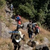 Randonnee, trek, en montagne, l'hiver en Chine. randonneurs vus de dos.