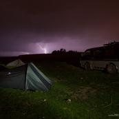 Au bord du lac titicaca, tentes, camping, van 4x4, orage avec eclair la nuit.