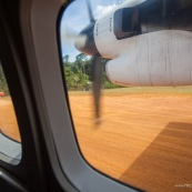 Arrivee a Saul en Guyane francaise. En avion, vue aerienne depuis l'avion. Piste d'atterissage au milieu de la foret tropicale (foret amazonienne). Liaison aerienne.