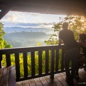 Saül au petit matin (lever du soleil) depuis le belvedere. Brume. Vue sur le village au coeur de la Guyane, en foret tropicale amazonienne.  Parc amazonien de Guyane.