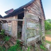 Maison abandonnee a Saul en Guyane. Facade en bois.